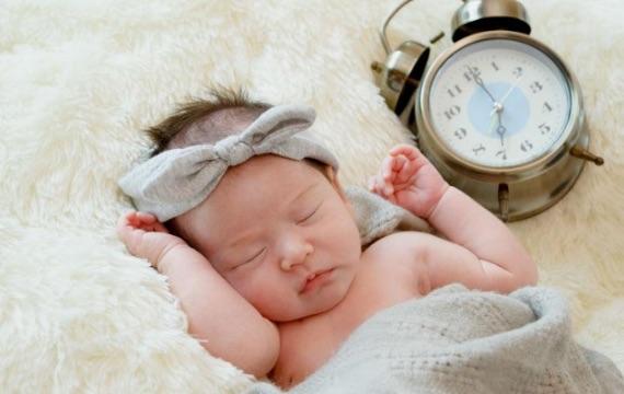 Waarom komen baby's ter wereld met een omgekeerd dag- en nachtritme?